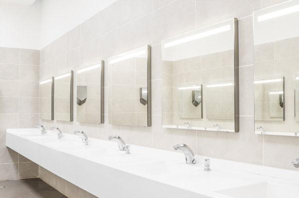 Plombier Expert | Salle de bain blanche commerciale avec miroirs - gros plan