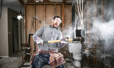 Plombier Expert | Homme énergique en plein travaux de démolition avec une masse