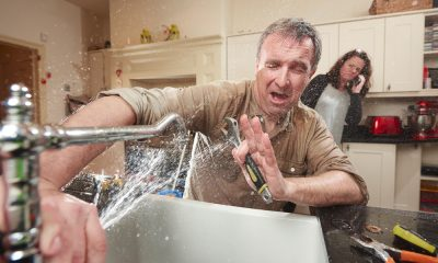 Plombier Expert | Homme réparant une suite d'eau dans l'évier de la cuisine