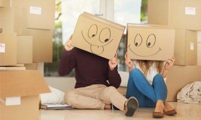 Plombier Expert | Couple avec boîtes de déménagement sur la tête