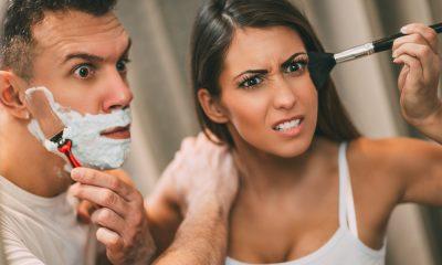 Plombier Expert | Couple se chamaillant dans la salle de bain devant un miroir